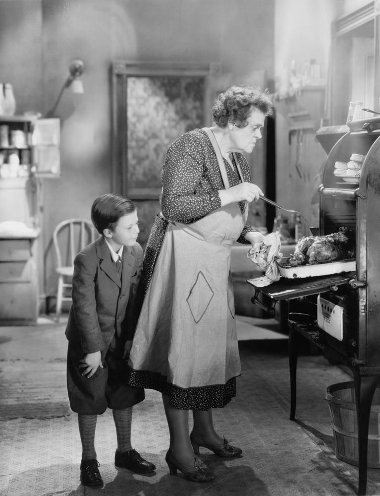 Großmutter gibt Handjob beim Omasex in der Küche